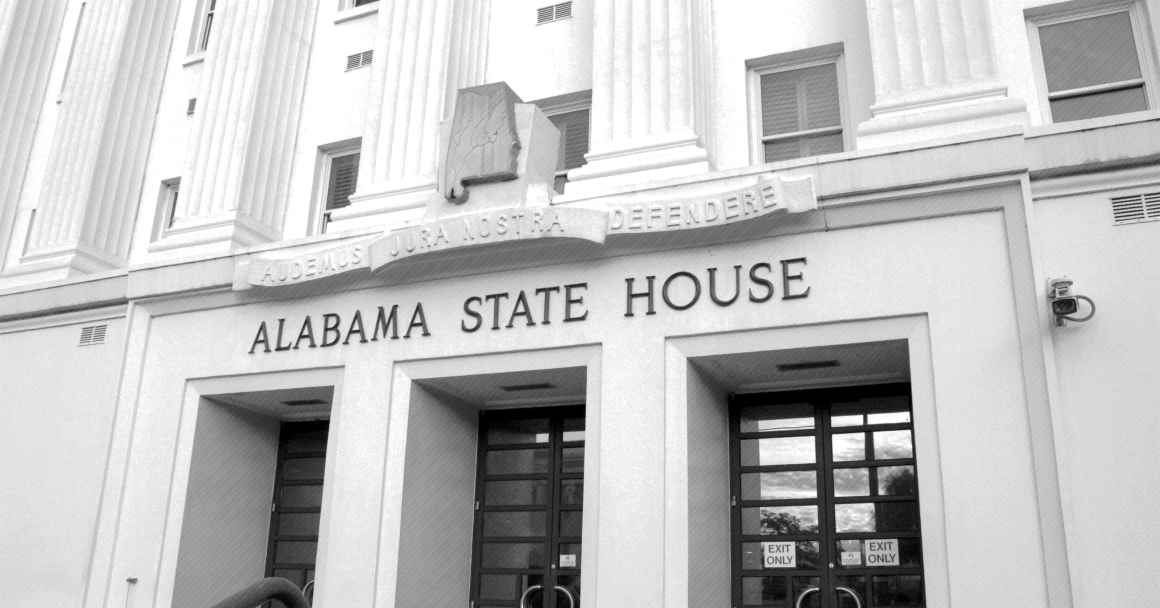 A picture of the Alabama Statehouse in black and white.